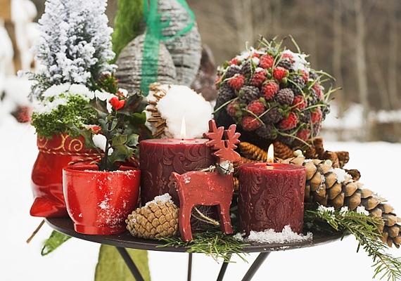 A kertben álló kisasztalt is kaotikusan telepakolhatod a legkülönfélébb ünnepi díszekkel. Minél átláthatatlanabb, annál jobb.