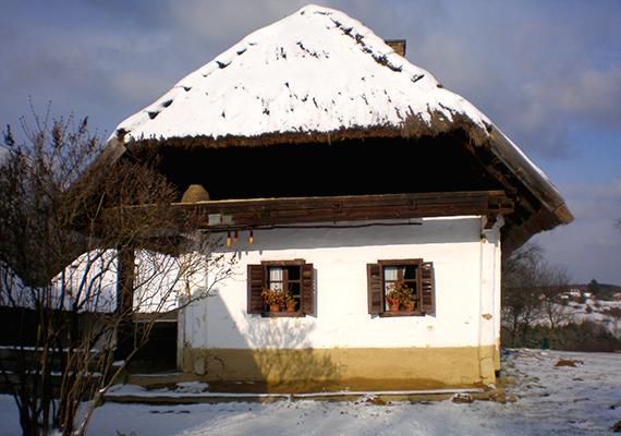 Az Őrség minden évszakban gyönyörű, téli nyugalmában azonban még inkább mesebeli atmoszféra lengi körül. A hófödte dombok fehérbe burkolt, aprócska házainak kéményfüstje egy téli nap alkonyulatánál felejthetetlen látvány.