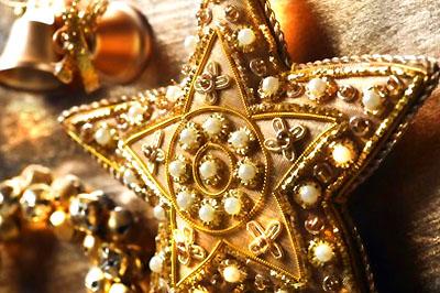 Aranytextíliával bevont, gyönggyel díszített csillag.
