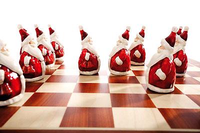 Vedd elő nagypapád sakktábláját, és dekoráld mikulásokkal.