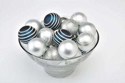 Jól mutat az üvegtálban a kék és ezüst kombinációja.