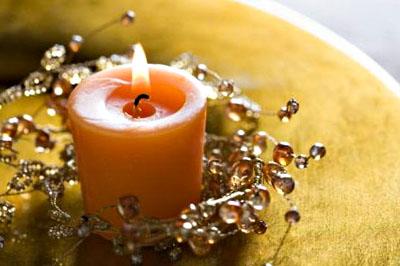 Könnyen hajlítható drótra fűzd fel a gyöngyöket, és tekerd körbe a gyertyát.