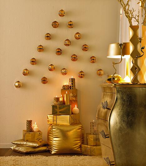 Karácsonyfa a falon  A karácsonyfa ez esetben aranygömbökből áll össze, alatta stílusosan aranypapírban lapuló meglepetések várják gazdájukat.  Kapcsolódó cikk: Milyen a karácsonyfád? - Ilyen vagy valójában! »