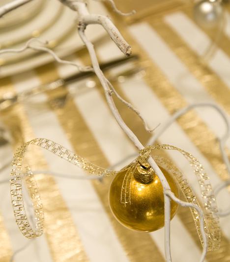 Szolid elegancia  Száraz faág fehérre festve, aranygömbbel. Ha nem kedveled a karácsonyi tobzódást, készíts ilyen egyszerű díszt.