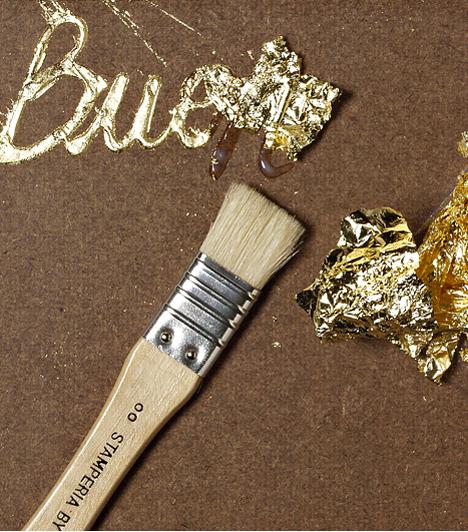 Fess arannyal!  Akár ajándékra, akár képeslapra teszed, nagyon különleges az aranyfüst. Bármelyik hobbiboltban megvásárolhatod az aranyfóliát, amit ragasztóra kell felvinni egy ecset segítségével.  Kapcsolódó cikk: 4 praktikus csomagolótipp »