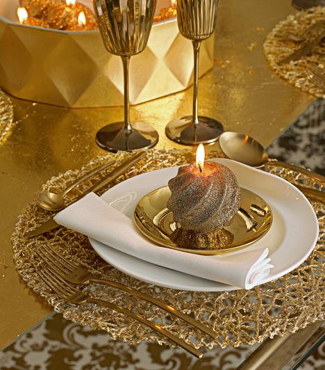 Vendégváró gyertya  Kedves vendégváró ötlet, ha a meghívottak tányérjába az ünnepi terítékkel harmonizáló gyertyát teszel, természetesen meggyújtva.