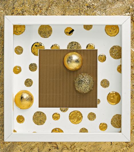Képkeret - másképp  Az előző képen a kandallópárkányon képkeretek sorakoznak, szintén aranyba borulva. Vásárolj olyan keretet, ami mély, majd tegyél bele félbevágott műanyaggömböt, és a hátterét aranyfüsttel színezd meg.  Kapcsolódó cikk: 3 gyönyörű, aranyló karácsonyfadísz »