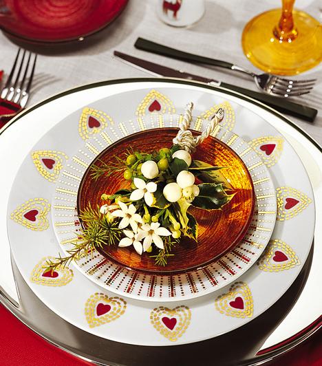Vidám tányér  Egyszerű aranyminta a tányéron, aranyszínben játszó, narancsszínű kistányér, és máris megvan az aranyos hangulat.  Kapcsolódó cikk: 3 stílusos ünnepi teríték »