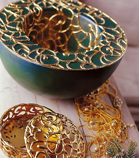 Aranyló mécses  Bátran párosítsd a sötétzöldet arannyal. Egyszerű üvegmécseseidet fesd le zöld akrilfestékkel, majd rajzolj rájuk arany kontúrral, és máris kész a tündöklő asztaldísz.