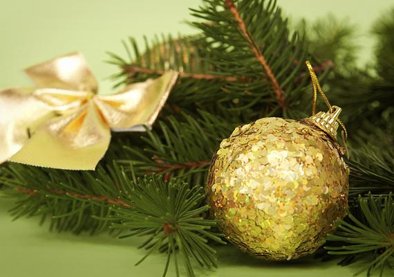 Egy egyszerű fenyőgally némi szalaggal, illetve színben harmonizáló karácsonyi gömbökkel máris egészen látványos díszt alkot.