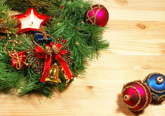 Az egyszerű koszorút díszítsd karácsonyfadíszekkel.