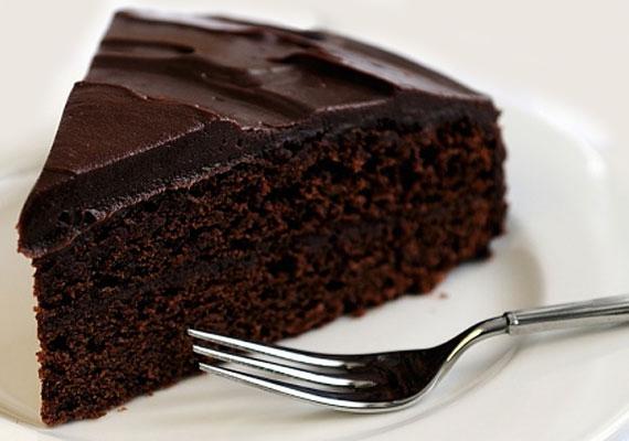 Kívül-belül csokival borított tortaszelet? Ennek képtelenség ellenállni. Így készíthetsz gyorsan csokitortát!