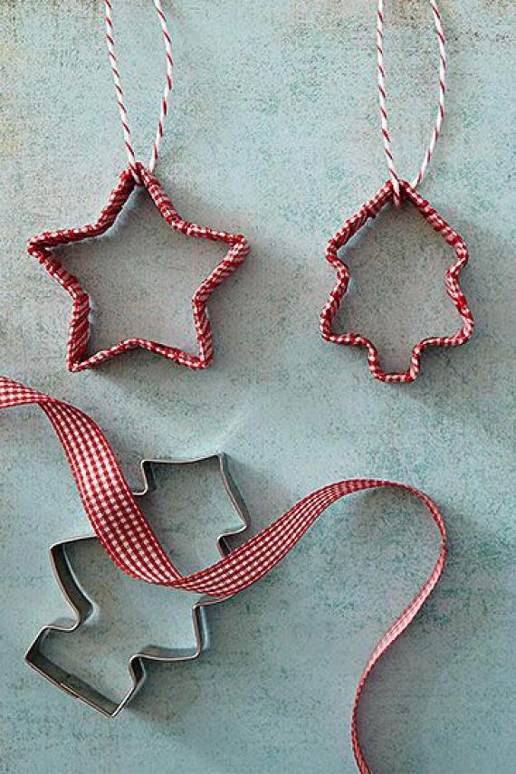A fenyőfádat saját készítésű díszekkel dobhatod fel: a karácsonyfa vagy csillag tematikájú sütiszúrókat keskeny szalaggal tekerd körbe úgy, hogy a kiinduló- és végpontot ragasztóval rögzíted, a tetejét pedig vékony madzaggal kötöd meg.