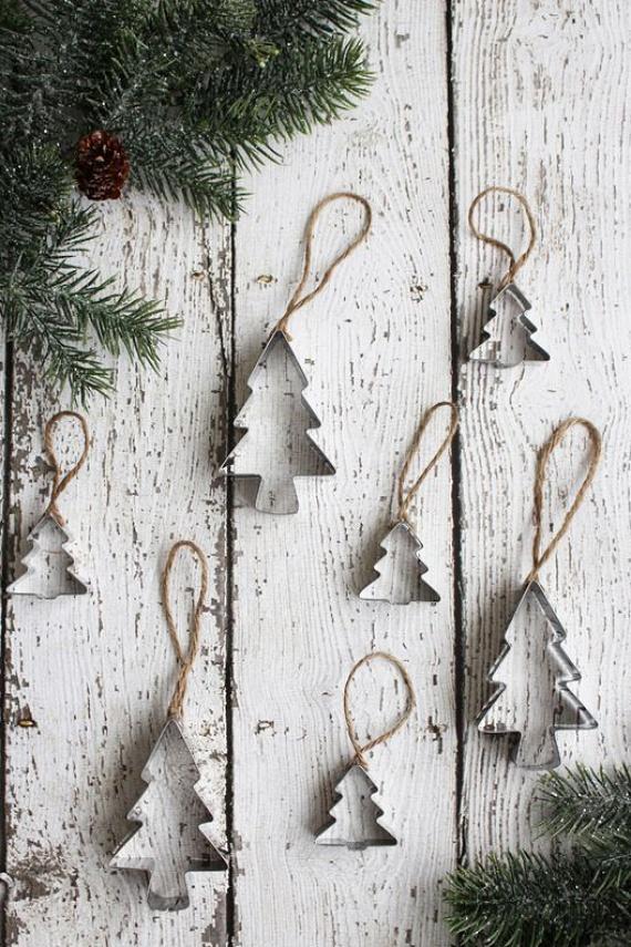 Ehhez a vintage stílusú dekorhoz nincs sok hozzáfűznivalónk: a fenyőfa sütiszúrók tetejét picit ragasztózd be, majd rögzítsd hozzá a madzagot, és már mehet is a fára! További fázisfotót és ötletet ide kattintva találsz!