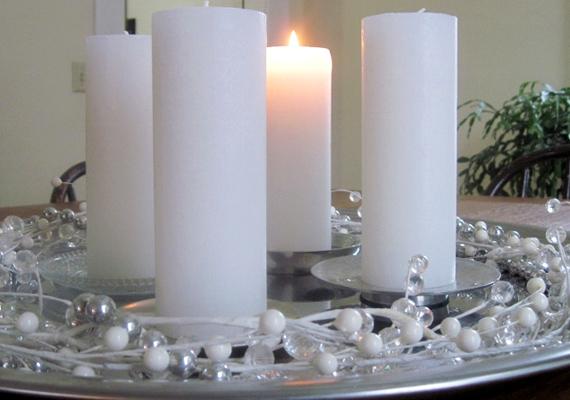 Helyezd a gyertyákat egy olyan üvegtányérra, amit nem sajnálsz, majd szalagra felfűzött gyöngydekorációval díszítsd a tányér szélét.