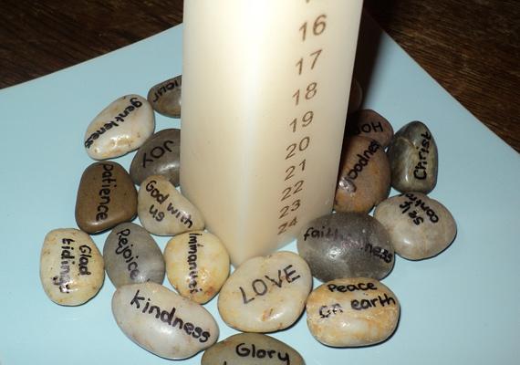 Egy hosszú gyertyát ossz 24 részre, és kezdd el már december 1-jén égetni. Egyszerű, mégis egyedi, a lába köré pedig bármilyen dekorációt készíthetsz.