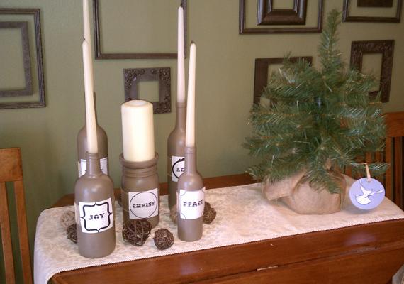 Néhány kidobásra ítélt üveg is alkalmas lehet arra, hogy alternatív adventi koszorú gyanánt felhasználd őket. Az üvegeket akár ki is díszítheted, de bárhogy is teszel, ügyelj rá, hogy a gyertyák stabilan megálljanak.