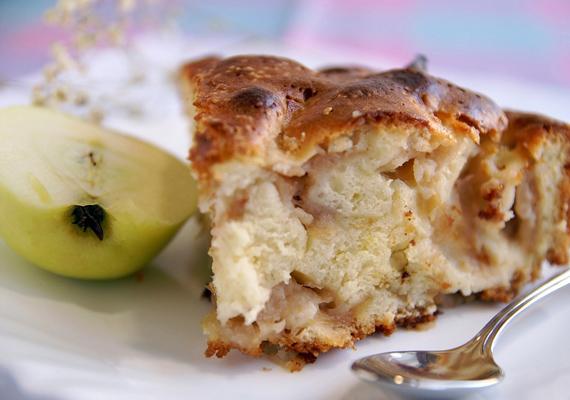 Az almás lepény legegyszerűbb formája, ha az almát nem szeleteled, hanem belereszeled a tésztába. Íme, a recept! »