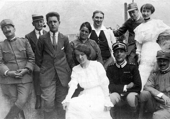 A háborúban hazánk az Osztrák-Magyar Monarchia részeként vett részt. Kitörésének ideje 1914. július 28. Kezdetben az emberek lelkesek és optimisták voltak, úgy vélték, pár hónap, és győztesen térnek vissza a katonák a frontról, azonban sorra érték egymást a hadüzenetek, és egész Európa lángba borult: a háború négy évre tolódott ki, egyre fokozódó szegénységben, egyre növekvő emberveszteséggel, kemény telekkel, szomorú karácsonyokkal.