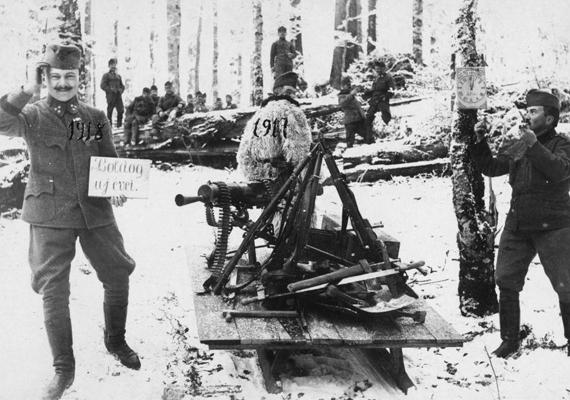 A fronton a szilveszter sem volt felhőtlen, de mivel a lélek szomjazta a mosolyt is, különösen az ünnepek táján, a katonák megtalálták a módot, hogyan csempésszenek egy kis mókát a harcok színterére. Szívszorító, hogy az embereknek így kellett ünnepelniük a karácsonyt és az új esztendő beköszöntét. (Fotó: 1917)