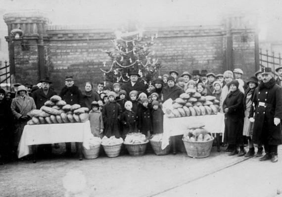 A világháborút követően, mint már a háború alatt is, az országban nagy volt a szegénység, a nincstelenség, a nélkülözés. Az 1920-as karácsonyi fotón egy karácsonyi jótékonysági akció során összegyűjtött élelmiszeradomány, rászoruló gyermekek, civilek és rendőrök, valamint az ünnep és a remény jelképeként egy háttérben magasló karácsonyfa.