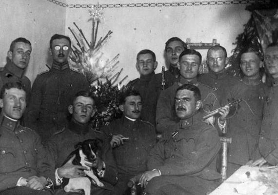 Az Osztrák-Magyar Monarchiában a háború kezdetekor a hadkötelezettség a 19-42 év közti férfiakra terjedt ki, 21 év felett vittek el férfiakat katonának. 1915-ben az alsó korhatár 18 évre csúszott vissza. A fiatalabb katonák ekkor még csaknem tinik voltak, számukra még nagyobb lelki törés lehetett a háborús borzalmakat átélni, mint az idősebb katonák számára.Az 1916-os képen katonák, jobb oldalt egész fiatalok szerepelnek, a háttérben egy karácsonyfával. Bár a harcok zajlottak, az emberek szívében ott volt a karácsony: 1914-ben megesett, hogy december 25-én karácsonyi dalokat énekeltek a fronton, és ajándékokat cseréltek az ellenséges katonákkal.