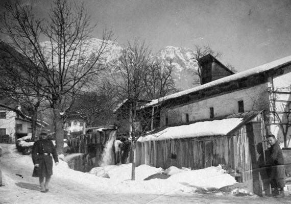 1916 őszére a cukor- és üzemanyaghiány állandósult. A téli időszak elérkeztével a helyzet tovább fokozódott, a lakosság sorsa egyre nehezebbé vált. Megalakult a Közélelmezési Hivatal és Tanács, melynek feladata a lakosság ellátásának megszervezése volt. Érdekesség, hogy ez alkalomból Juhász Gyula verset írt.Az az évi téli kép jobb oldalán látható szegény kisgyerek öltözéke sokat elárul arról, milyen is volt az élet a világháború második évében.