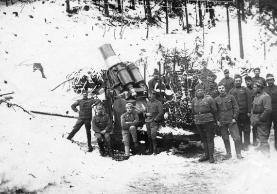 1916 decemberében kezdődött el a Hősök Ligete akció, melynek keretében eperfákat ültettek az elhunyt katonák emlékére, ez a selyemipar számára egyúttal hasznot is biztosított. Ez év karácsonya előtt arra kérték a lakosságot, ajándékozzák meg a harcoló honvédokat.Az 1916-os képen erdőszélen állomásozó katonák.