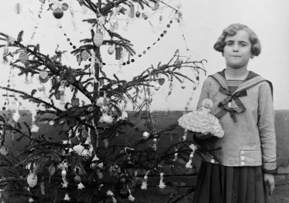 Az az évi karácsony még a világháború okozta fájdalmakkal a szívben zajlott, de már abban a hitben, hogy a jövő jobbra fordulhat. Bár jött is két békésebb évtized, 1939-ben sajnos kitört a második világháború: az 1918-as képen szereplő kislány ekkor már asszony, anya lehetett. Vajon milyen sors várt rá és családjára?