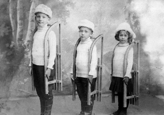 A fotó idilli, műtermi felvétel, de a helyzet távolról sem volt ilyen harmonikus 1917 decemberében Magyarországon. A világháború harmadik évében a lakosság ellátásához szükséges források elapadóban voltak. Olyan alapdolgok, mint a burgonya, a tej vagy a tűzifa, csekély mennyiségben, vagy nem is voltak elérhetők. A közvilágítás hiányos volt. A szegény gyerekeknek karácsonyi ruhagyűjtő akciót szerveztek.