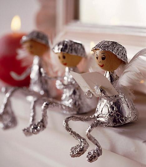 Angyalkák otthon  Ültess ezüstbe öltözött angyalokat a kandalló fölé vagy az ablakpárkányra. Ruhácskájukat magad is könnyen elkészítheted - csak egy kis alufólia kell hozzá, szárnyaikhoz pedig fehér toll.  Kapcsolódó cikk: 10 csodás karácsonyi dekorációötlet a Youtube-on »