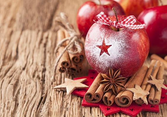 Bármilyen piros anyagból vágj ki egy nagyobb méretű csillagot, és fektess rá néhány fahéjrudat. Egy almát fújj le tetszés szerint hósprayvel - ezt akár ki is hagyhatod -, a tetejére pedig köss piros szalagból masnit. Már kész is az ebédlőasztal legújabb illatozó dísze.