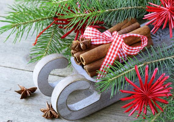 Ha akad a karácsonyi díszek között elfekvőben egy szán, ültesd rá egy fenyőágra, a kocsijában pedig ízlésesen helyezz el néhány rúd fahéjat. Mi ezt a masnis megoldást ajánljuk, egyszerű és bájos.