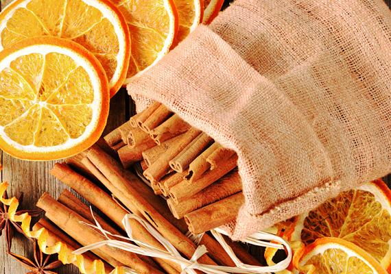 A fahéjrudakat egy kisebb zsákba is beleteheted - akár abba is, amiben a Mikulás hozta az ajándékot. Rakd ki körbe szárított narancskarikákkal, és élvezd a két illat fűszeres keveredését.