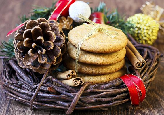 Egy nem használatos fűzfavesszőből font koszorúalapból is néhány perc alatt csodás asztaldíszt varázsolhatsz. Tetszésed szerint köss szalagot az alapra, állíts bele néhány gyömbéres sütit, tobozt, esetleg nem használatos karácsonyi díszt, végül szúrj bele néhány fahéjrudat a kompozícióba.