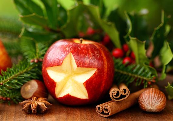 Egy almából, egy kis karácsonyi fűszeregyvelegből, illetve az elengedhetetlen fenyőágból is készíthetsz díszt.