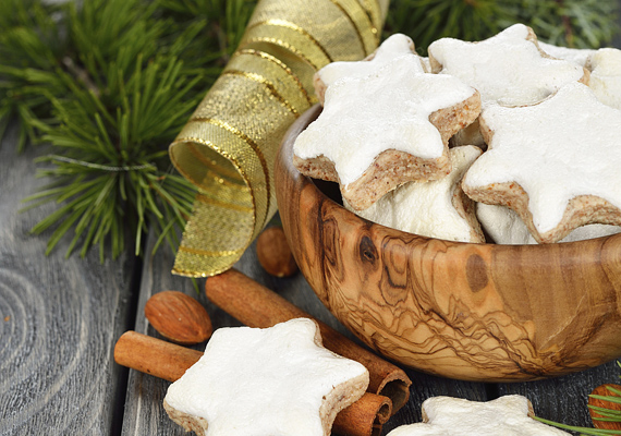 A kínálótál köré is fektethetsz fenyőt, a karácsonyi hatás kedvéért.