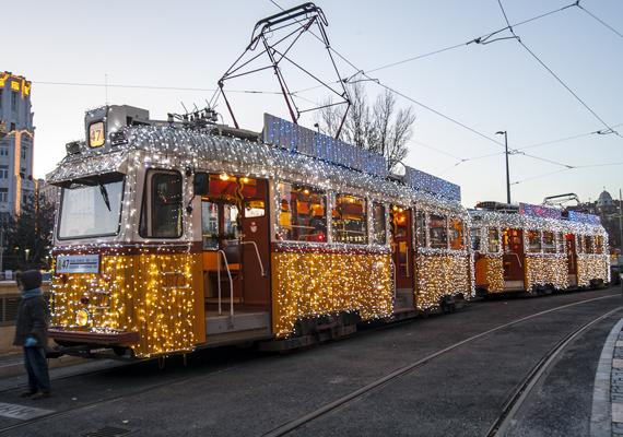 Munkanapokon a budai 19-es, ünnepnapokon és hétvégén pedig a 2-es villamos vonalán lehet a fényvillamossal utazni.
