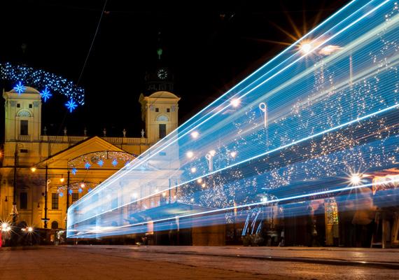 A hosszú expozíciós idővel készült felvételen olyan, mintha a fényvillamos fénysebességgel repülne.