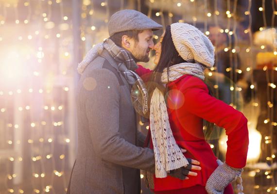 Vidám, közös séták a frissítően csípős estéken                         Az örök rohanás helyett decemberben lassíts le egy kicsit, töltsd az időd azokkal, akikkel igazán szeretnéd. Indulj neki az esti tévézés helyett a pároddal vagy egy-két barátnőddel egy kellemes esti sétának, amikor már felkerültek a város főutcájára a karácsonyi fények.                         Vagy akár egy hétvégi kiruccanást is betervezhetsz, hogy megnézzétek például Sopron adventi fényeit. Meglátod, milyen jó lesz kiszellőztetni a fejed!