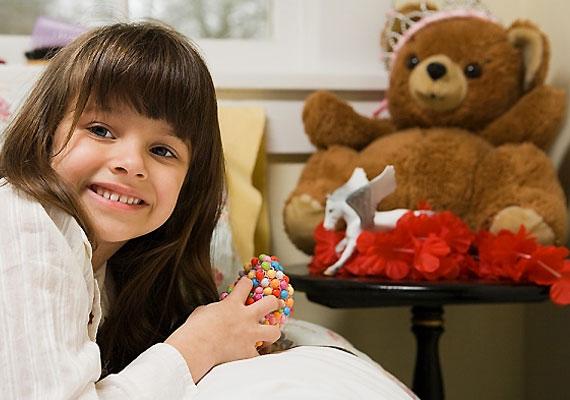 Régi játékok adományozása jótékony célra                         Advent idején ne csak magadra gondolj, hanem azokra is, akik nincsenek olyan szerencsés helyzetben, mint te. Dobozokban állnak a régi játékaid? Nézd át őket, és azokat a játékokat, amelyektől meg tudsz válni, vidd el a Vöröskeresztnek vagy valamelyik szeretetszolgálatnak, akik eljuttatják a nehezebb sorsú családok gyerekeihez.