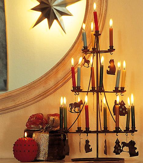 Gyertyafa  Háromszög alakú gyertyatartóddal könnyen építhetsz pislákoló karácsonyfát az asztalra, legjobb, ha színes szálgyertyákat választasz - csodás lesz.  Kapcsolódó cikk: A világ legbizarrabb karácsonyfái »