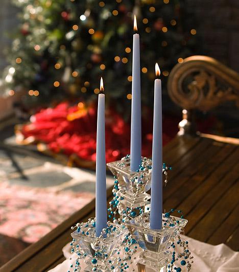 Klasszikusan  Néhány klasszikus üveg gyertyatartó csodálatos dísze lehet az ünnepi asztalnak, tegyél bele hosszú szálgyertyákat. A kék remekül passzol az üveghez, fokozd az összhatást apró gyöngyökkel.