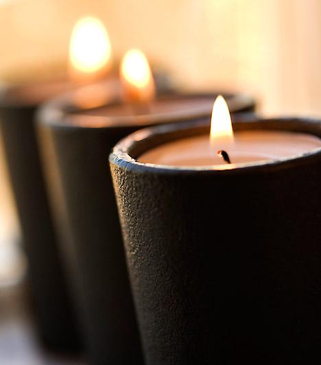 Sötét elegancia  Bár a fekete és a sötét színek nem éppen az ünnep legjellemzőbb árnyalatai, néhány masszív falú fekete gyertyával akár az ünnepi asztalt is feldobhatod. Ha a terítéshez világos színeket használsz, remek kontúrt adnak majd az ünnepi asztalnak.