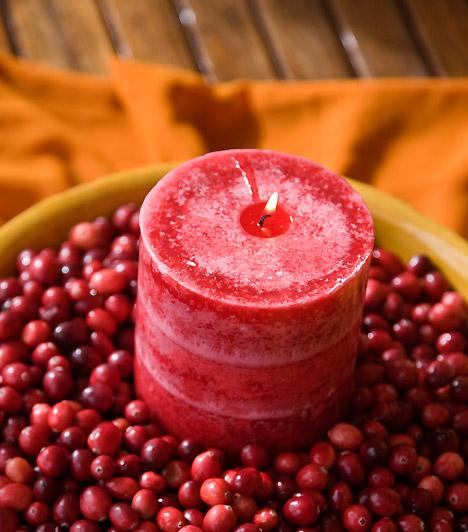 Bohókás hangulat  Ha a vidám díszítés híve vagy, akkor ezt a kompozíciót neked találták ki. Helyezz egy tálba apró gyöngyöket vagy egy marék csipkebogyót, a nagy piros gyertyát pedig teddd a tál közepére.  Kapcsolódó cikk: A legfinomabb illatot árasztó karácsonyi gyertyák »