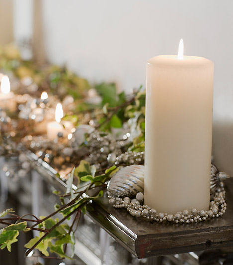 Letisztult hófehér  Egy nagy fehér gyertya már önmagában is ünnepi. Ezüstös gyöngyökkel és ágakkal tovább fokozhatod a hatást, tedd az ablakpárkányra vagy a polc tetejére.