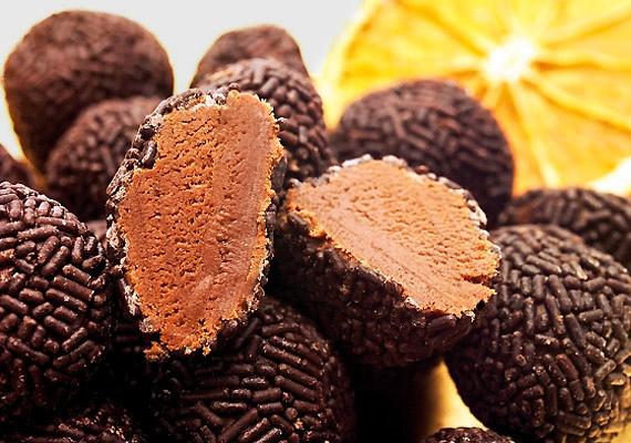 A dupla csokis rumos golyóknak nem lehet ellenállni, pláne azért, mert még a sütőt sem kell bekapcsolnod hozzá. Kattints ide a receptért! »