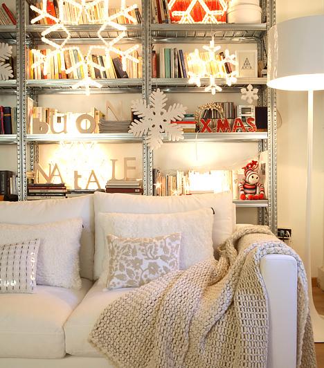 Kristályok  Mutatós megoldás, ha a fénydekorációkat a könyvespolc vagy a szekrény elé lógatod. Nemcsak karácsonyi hangulatot kölcsönöz a szobának, de a fehér fény optikailag is növeli a teret.