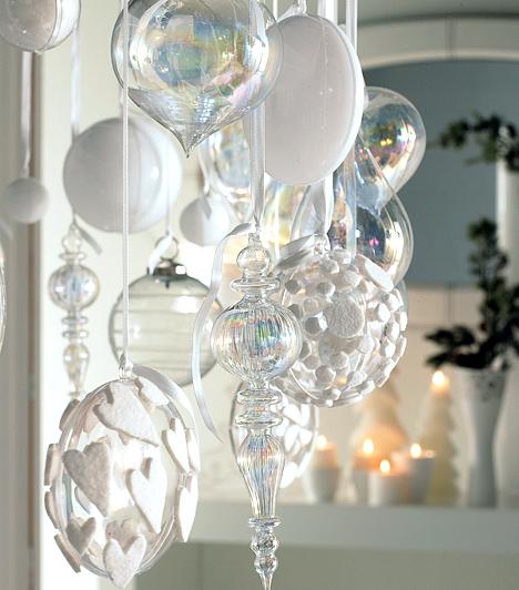 Varázslatos gömbök  A karácsonyfáról lopj le néhány díszt, és a nappali dekorációjaként akaszd őket szép sorban a polcokra. Minél többféle formájút és mintájút választasz, annál izgalmasabb lesz a végeredmény. A fehérek közé rejthetsz átlátszó díszeket is, így még légiesebb lesz a dekoráció.