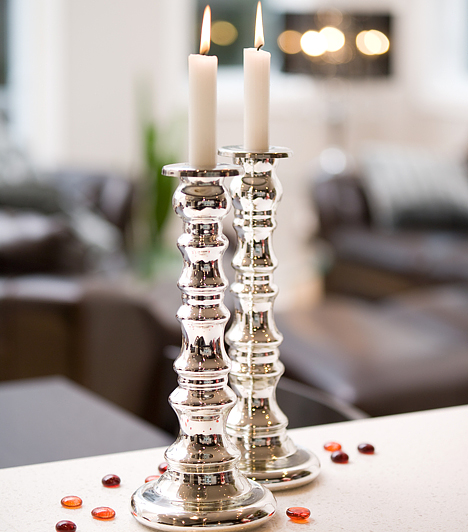 Elegáns gyertyák  A hófehér ünnepi dekoráció közé vegyíthetsz egy kevés fehéres csillogású ezüstöt is. A fényes gyertyatartó egyszerű fehér gyertyával a lakás bármely pontján jól mutat.